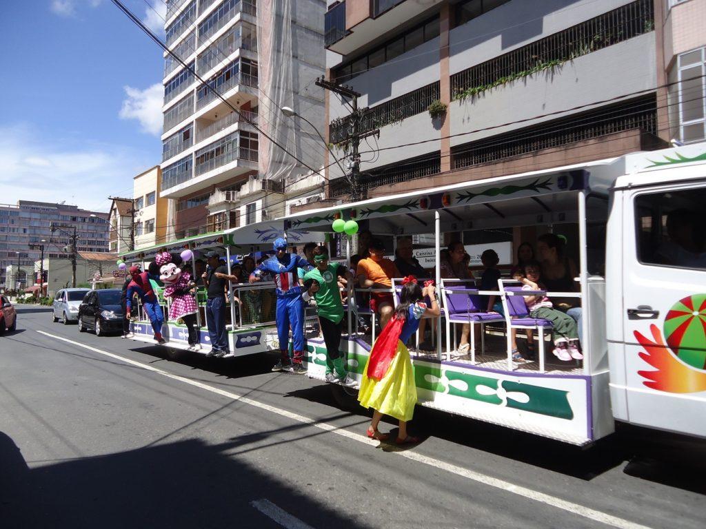 Turistas curtindo o Trem da Alegria, na Feirarte