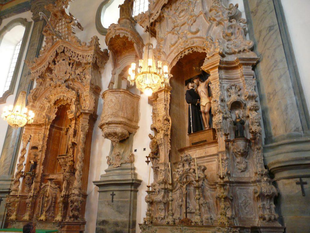 Interior da Igreja São Francisco de Assis, todo esculpido em pedra sabão.