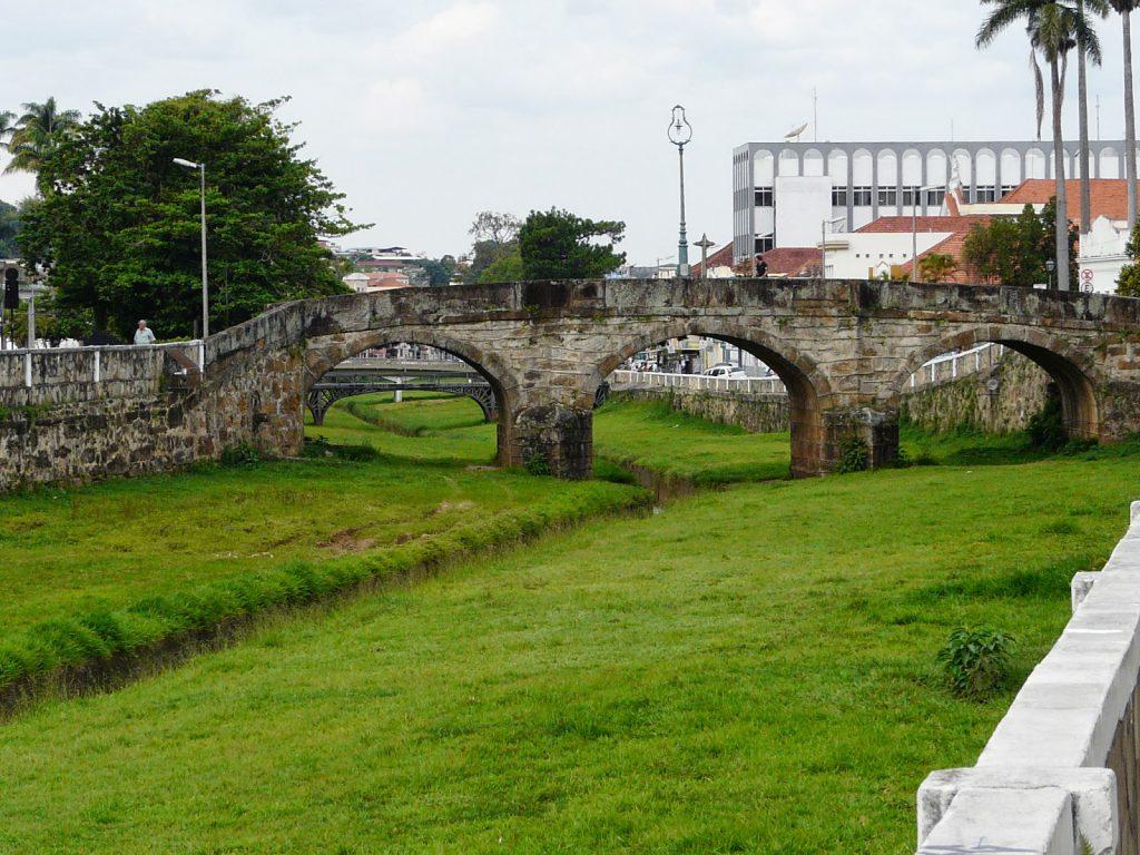 Ponte de pedra que liga os dois lados da cidade