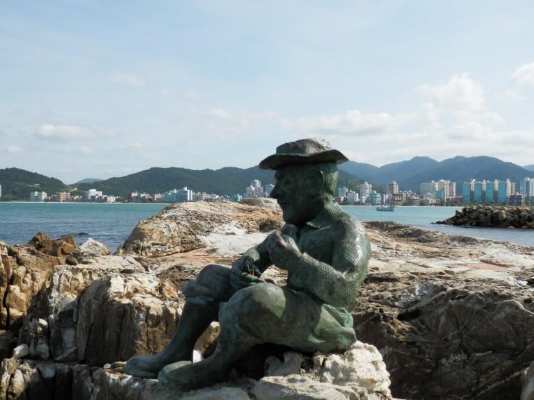 Estátua em homenagem aos pescadores de Itapema