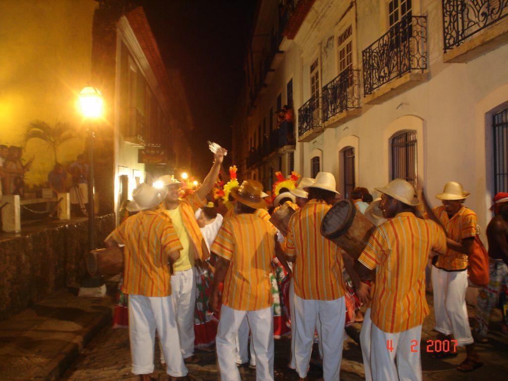 Grupo de dança de Tambor de Crioula pelas ruas de São Luís