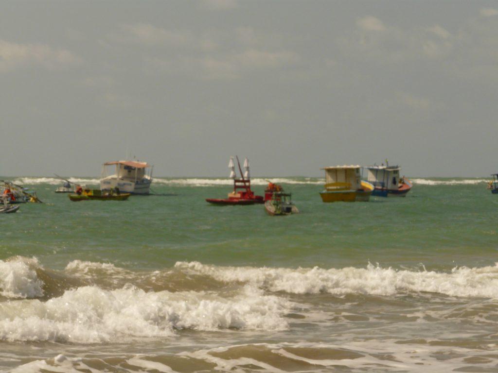 O visual de Porto de Galinhas com seus barcos coloridos