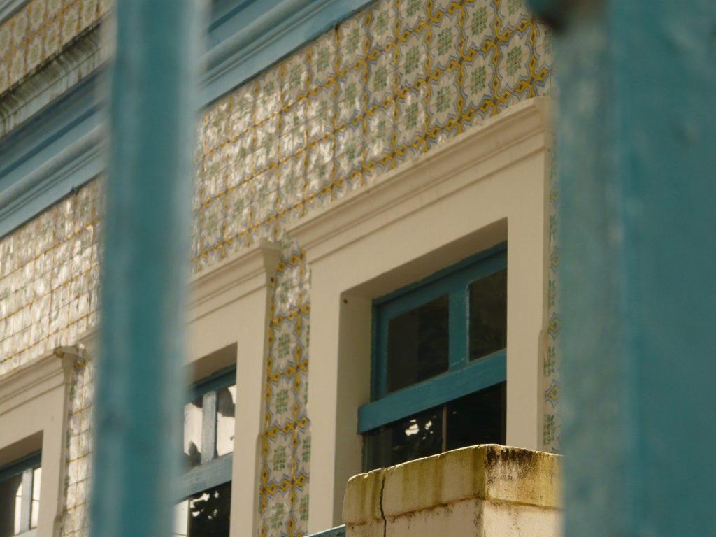 Fachadas com azulejos portugueses