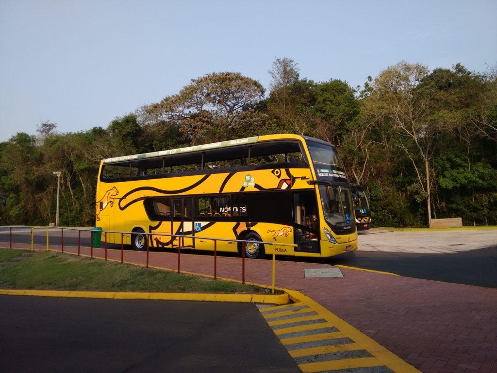 ônibus para levar os visitantes até as quedas dágua
