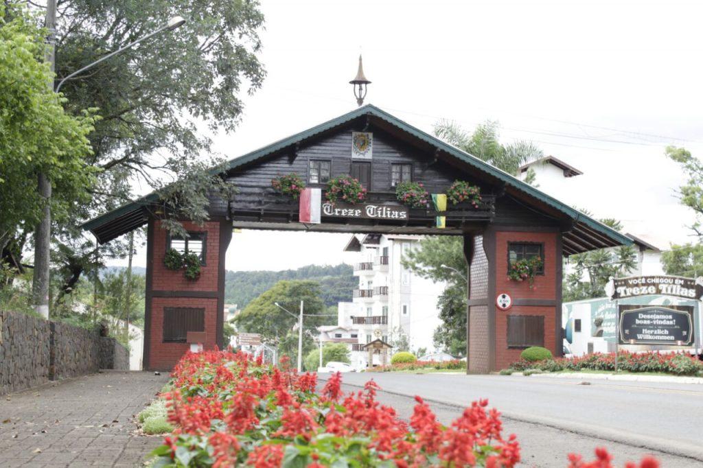 Pórtico de entrada de Treze Tílias, Santa Catarina.