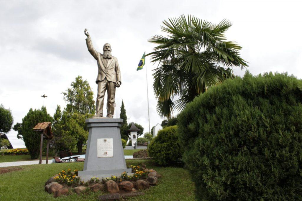 Praça Ministro Andreas Thaler em Treze Tílias, homenageia o fundador da cidade.
