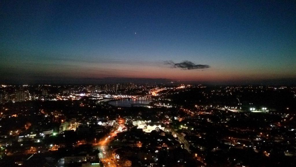 Vista noturna da cidade de Curitiba, do alto da torre panorâmica