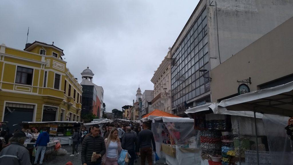 d4ac9d68e2 No domingo, das 09h às 14h acontece a tradicional Feirinha do Largo da  Ordem, com mais de mil expositores, que vendem de tudo e mais um pouco.